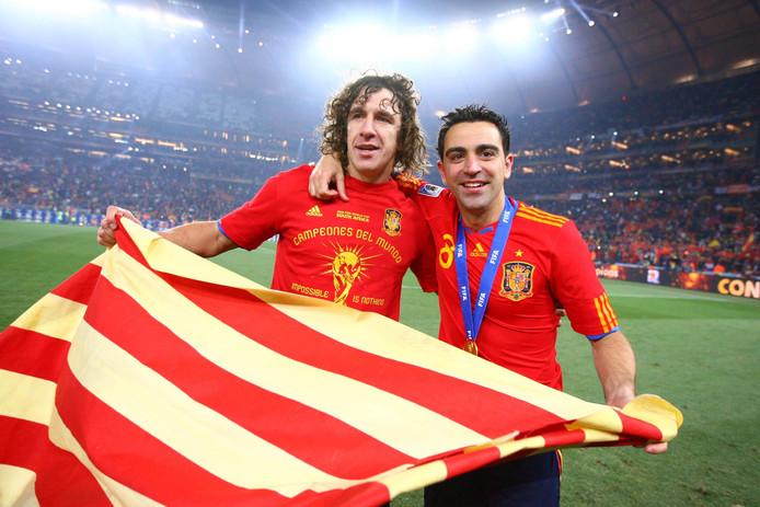 Carles Puyol en Xavi Hernández vieren de wereldtitel met Spanje in 2010.