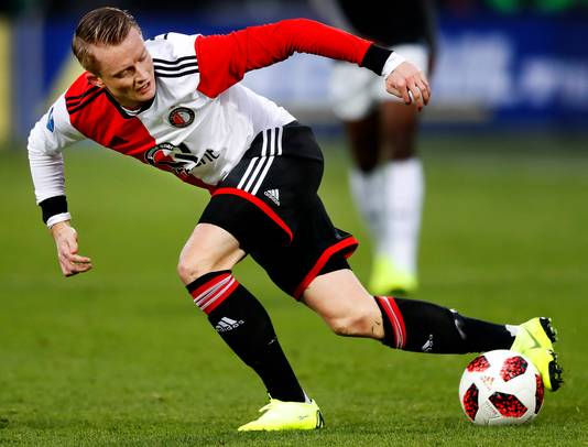 Feyenoord-FC Groningen Sam Larsson neemt de bal stijlvol mee Foto ; Pim Ras