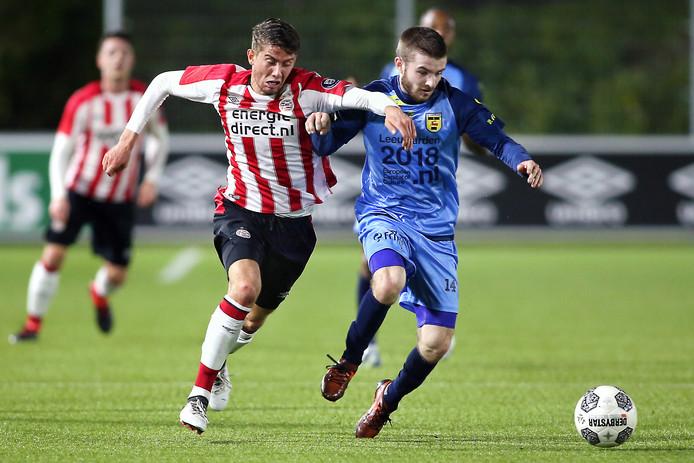 Cambuur-middenvelder Daniel Crowley (R) in duel met Jong PSV-speler Ramon Pascal Lundqvist (L).