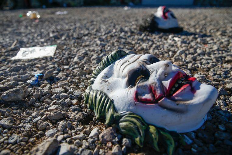 Halloweenmaskers liggen op de grond nadat de mensen in paniek weg probeerden te komen uit de zaal waar geschoten werd.