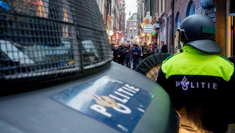 Onder andere twijfel over de remmen en de brandveiligheid bij rellen zijn reden voor de Amsterdamse ME om de oude bussen te blijven gebruiken Beeld ANP