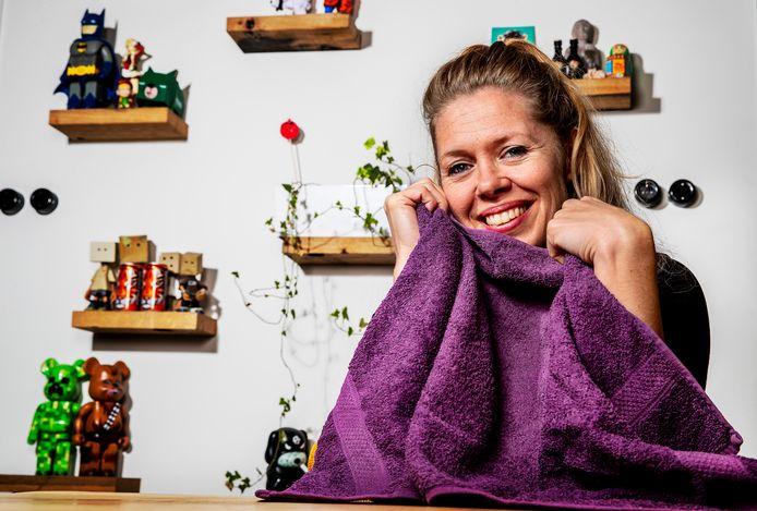 Een goed stresssysteem heb je volgens Suzan Knuijsten als je na het werk herstelt en prikkels buitensluit, bijvoorbeeld met een handdoek over je hoofd.
