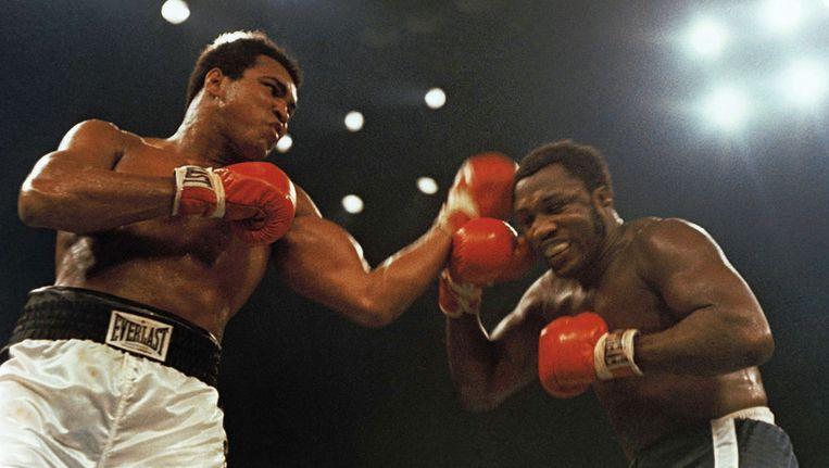 Joe Frazier (rechts) in 1974 in Madison Square Garden, New York, in een van zijn vermaarde gevechten met Mohammed Ali. Beeld ap
