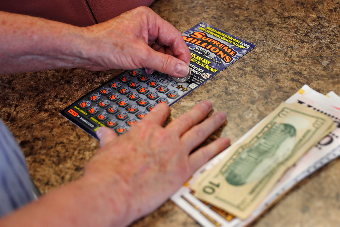 Even wisselen en gelijk een winnend kraslot kopen... het zal je maar gebeuren.