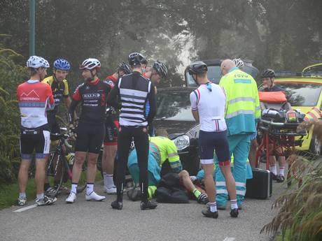Wielrenner gewond na botsing tegen auto op Amstelkade in Wilnis