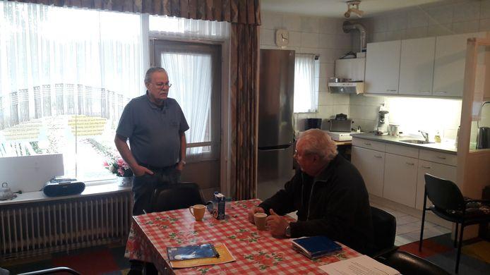 Dries Hemme (rechts) en Ger Hemme in het Ouderenhonk aan de Vijfde Slagen.