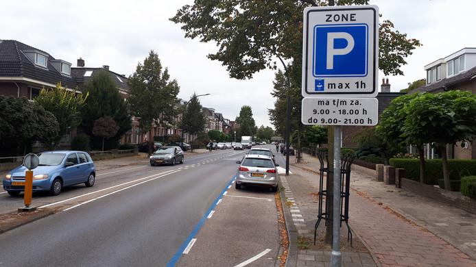 Sinds vorige week is de Deldenerstraat tussen Tuindorpstraat en spoorviaduct blauwe zone.