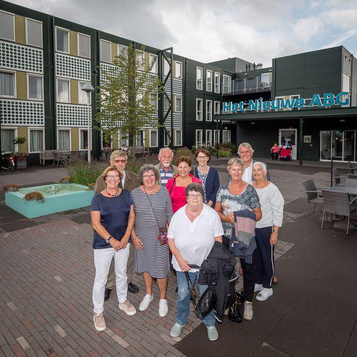 20170905 - Bergen op Zoom - Foto: Tonny Presser/Pix4Profs - Groep ex-verpleegkundigen komt vijftig jaar na begin opleiding bij elkaar. Groepsfoto voor Nieuwe ABG.
