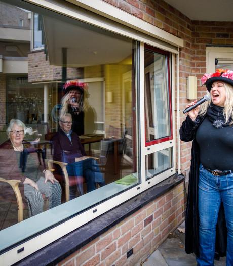 Sigrid zingt voor bewoners zorgcentrum in Steenwijk achter glas. 'Schud maar met wat je kunt bewegen'