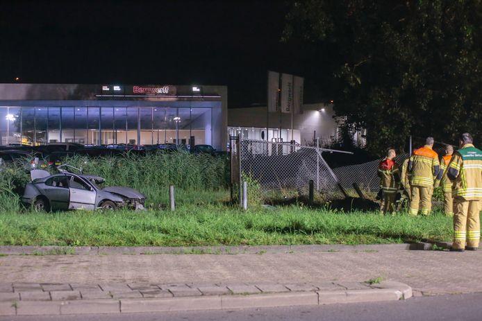 Rond 1.00 uur knalde een personenauto op het zogenoemde vulpunt van twee tankstations aan de Banneweg.
