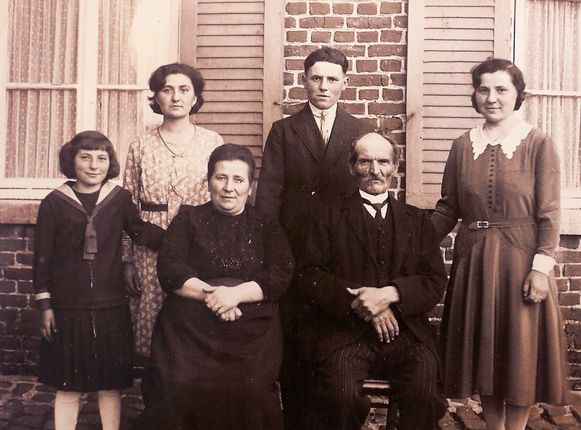 Ambrosine (helemaal rechts), samen met haar ouders, broer en zussen op een foto die dateert van eind jaren '20.