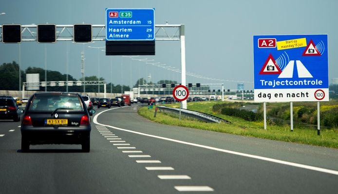 Borden langs de A2 geven de trajectcontrole tussen Utrecht en Amsterdam aan.