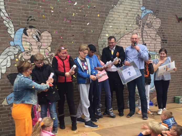 Mijnheer Joop onthult de nieuwe naam samen met een aantal kinderen.