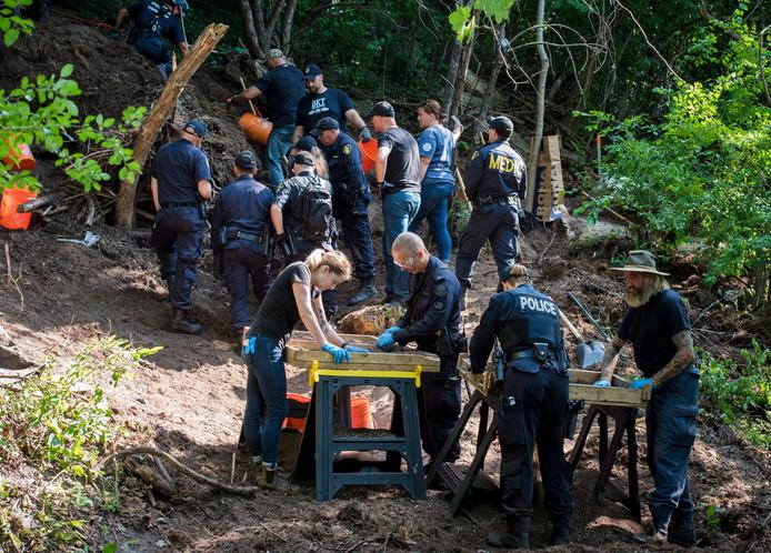 Politieagenten doorzoeken een achtertuin in Toronto in het onderzoek naar seriemoordenaar Bruce McArthur.
