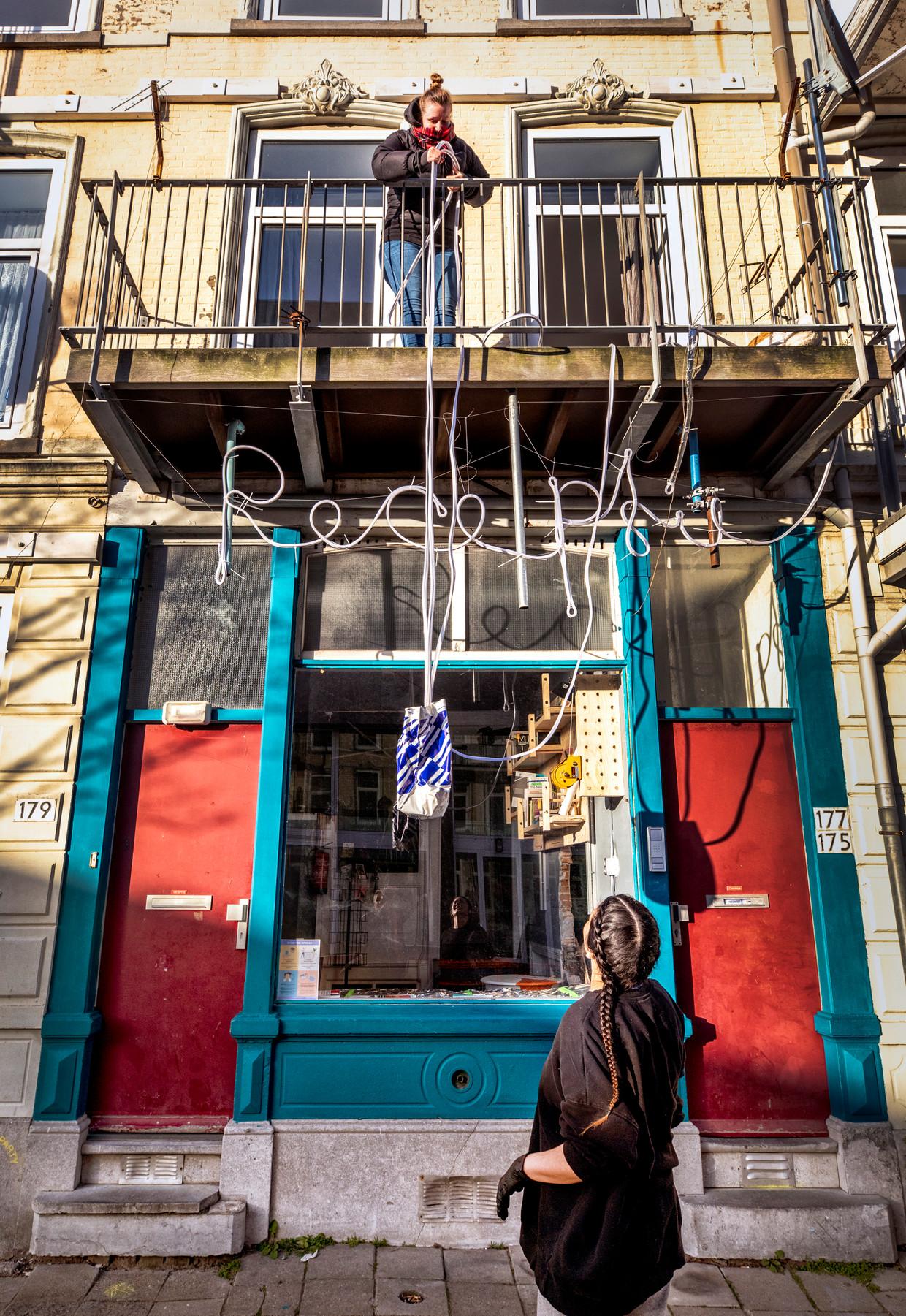 Philippa Driest krijgt soep bezorgd die een paar deuren verderop is gemaakt door Keju Kitchen. Beeld Raymond Rutting / de Volkskrant