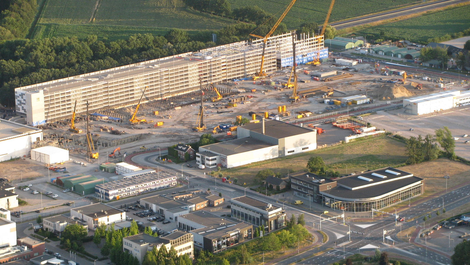 De bouwput van ASML, vanuit de lucht gezien.