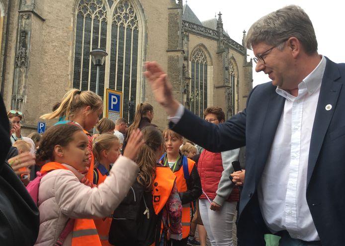 Gemeenteraadslid Erik Stegink 'aan het werk' tijdens de wandelvierdaagse van Deventer.