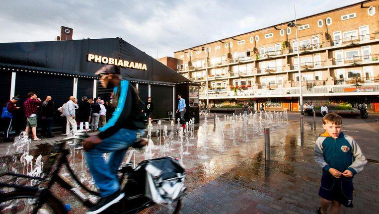 Het Phobiarama van theatermaker Dries Verhoeven op het Amsterdamse Mercatorplein, een voormalige no-goarea. Beeld Eva Roefs