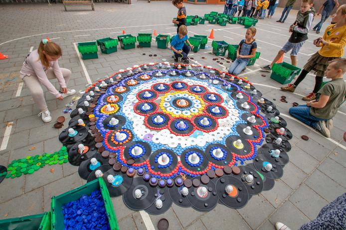 Kinderen van basisschool St. Jan Baptist Veldhoven leggen een vredestapijt