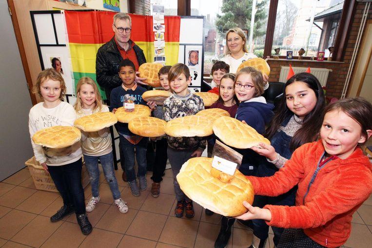 De leerlingen van de gemeenteschool hielden een sobere maaltijd met soep en brood.