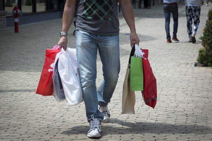 Tassen vol kleding scoren in de uitverkoop is mogelijk voorlopig nog niet aan de orde.