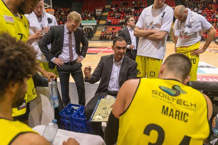 Oostende-coach Dario Gjergja tussen zijn spelers.