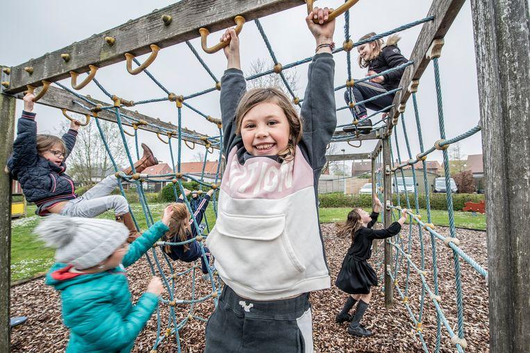 Kinderen leven zich uit op de speelpleinwerking.