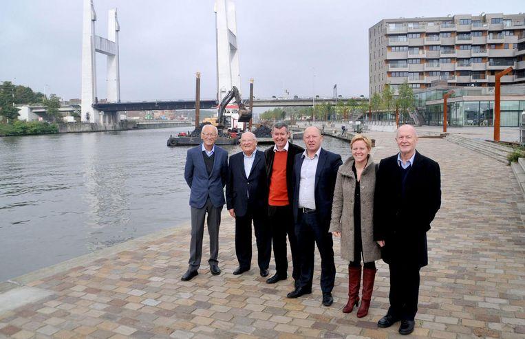 Willy Cortois (links) aan het Watersite-project dat hij zelf mee uittekende, met naast hem onder meer ex-burgemeesters Jean-Luc Dehaene en Marc Van Asch, en huidig burgemeester Hans Bonte.