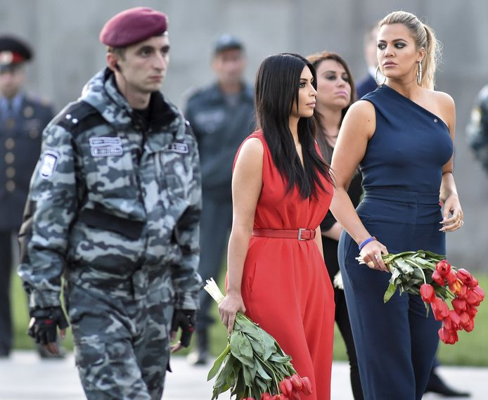 Kim Kardashian en haar zus Khloe in 2015 nadat ze in de Armeense hoofdstad Jerevan bloemen hebben gelegd bij het Tsitsernakaberd-museum waarin de Armeense genocide wordt herdacht.