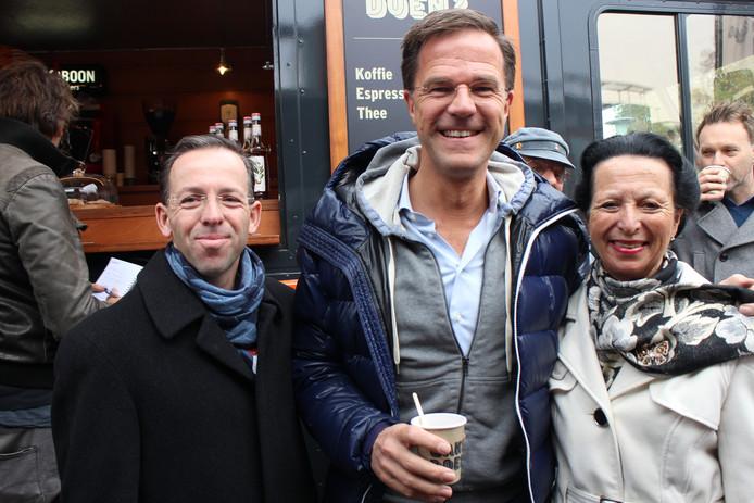"""Jotina Luijken en Frans Pütz mochten Mark Rutte als allereerste de hand geven. Ze spraken hem kort, gaven hem een cadeautje, dronken samen koffie en """"als 'koekje' kreeg mijn moeder nog een kusje van Mark Rutte!"""", aldus een enthousiaste Frans Pütz."""