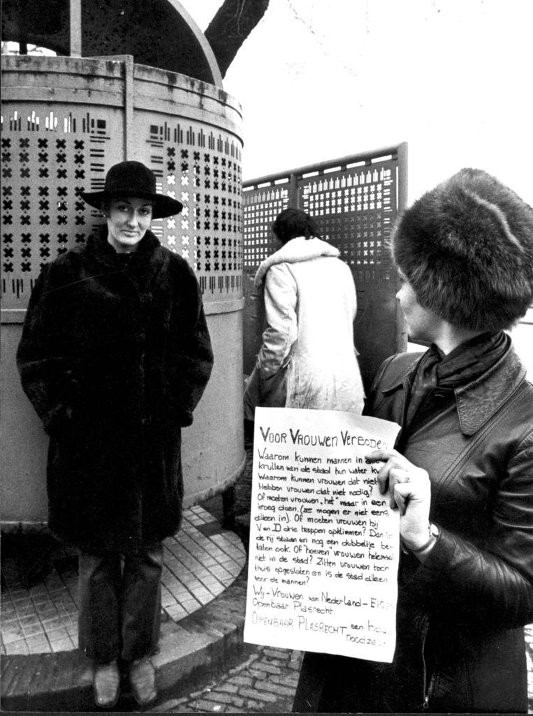 Vrouwen eisen plasrecht bij een Dolle Mina-actie in Amsterdam.  Beeld ANP