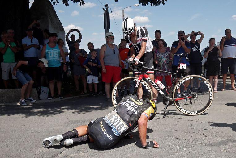 Dylan Groenewegen ging in de negende etappe onderuit in de rit naar Roubaix. Beeld Reuters