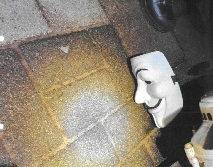 Door toeval hield de Valkenswaardse politie net na een bijna dodelijke overval op een drugsdealer een scooter aan. Al pratende viel opeens een masker op de grond, zoals vlak daarvoor was gebruikt bij die overval.