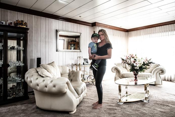 Woonwagenbewoonster Mariska Toonen met zoontje Riley in de woonwagen van haar moeder.