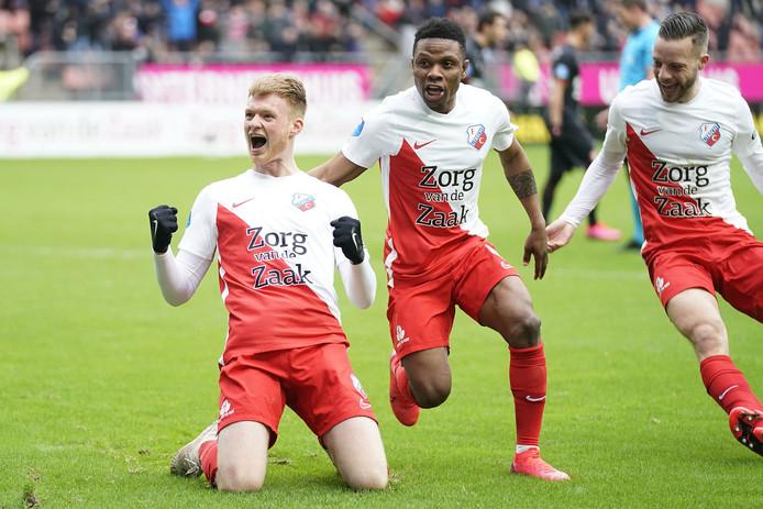 Jonas Arweiler, matchwinner in het duel met FC Twente, met Issah Abass en Bart Ramselaar.