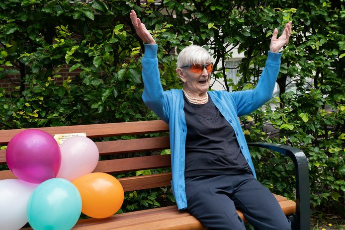 Voor haar honderdste verjaardag kreeg mevrouw Kuijs van-Opzeeland een bankje met haar naam erop in de Haarsteegsestraat.