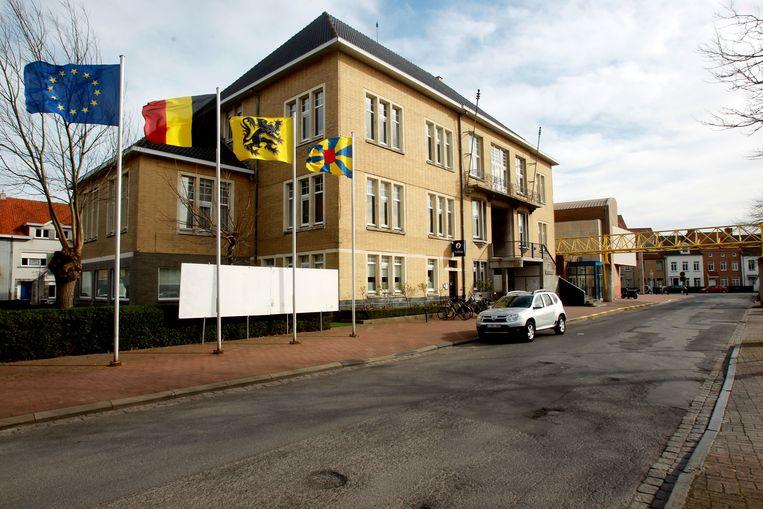 Heist stadhuis en Ravelingen worden platgegooid