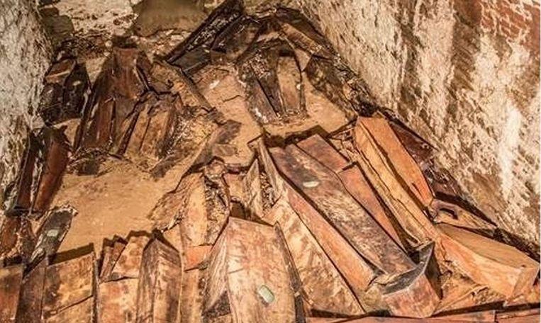 In de tweede grafkelder liggen twintig houten kisten.