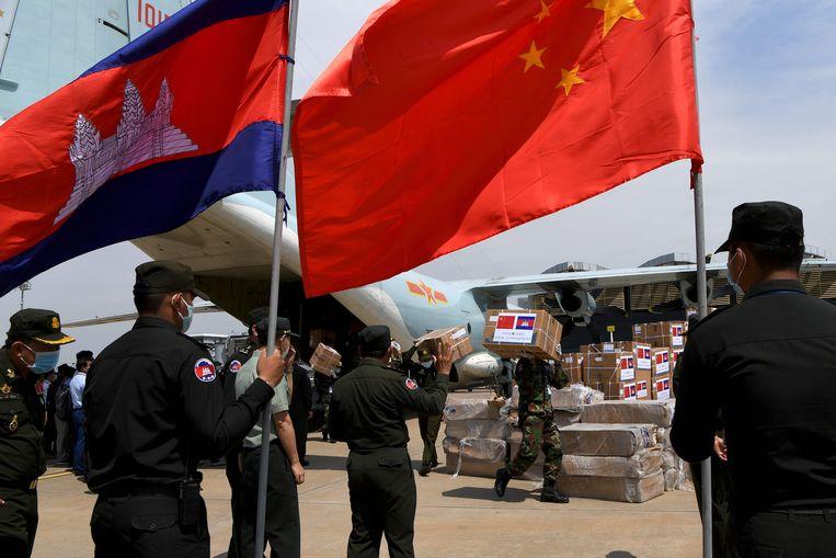 Cambodjaanse militairen lossen hulpmiddelen uit China op het vliegveld van Phnom Penh. Beeld AFP