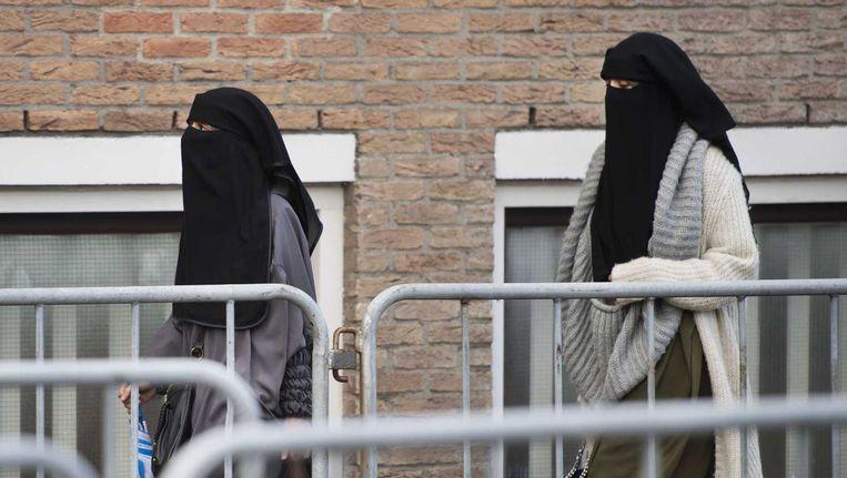 Bezoekers arriveren bij de speciaal beveiligde rechtbank De Bunker voor het grote Jihadproces. Beeld anp