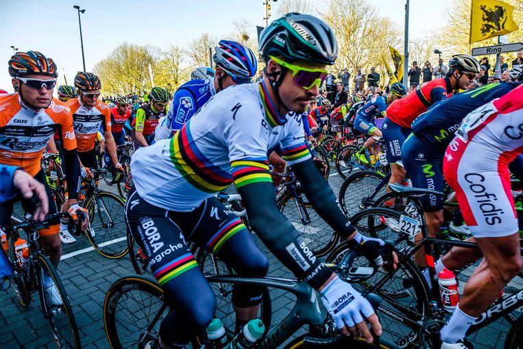 De ronde start. Wereldkampioen Peter Sagan trekt zich op gang.