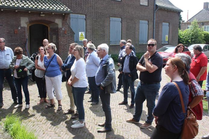 Raadsleden luisteren aandachtig naar de plannen voor de Sint Jozefkerk.