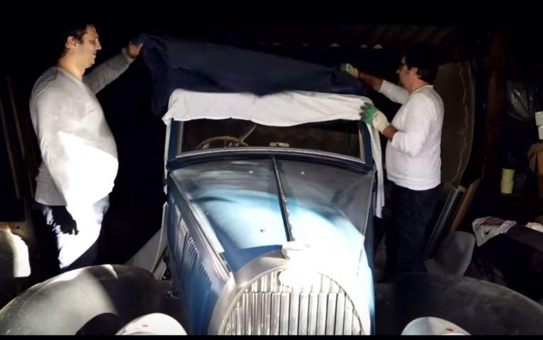 Na vijftig jaar wordt de Bugatti van onder het stof gehaald.