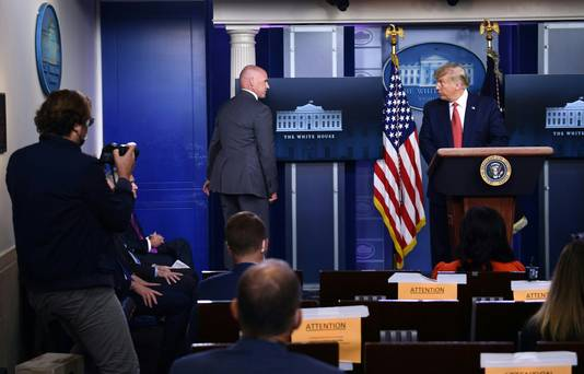 De persconferentie wordt onderbroken.