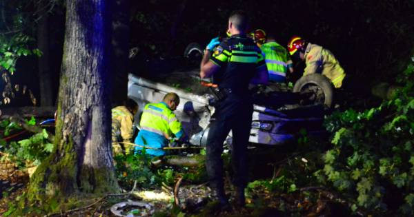 Dode bij ongeluk in Oost-Brabant, auto over de kop geslagen.