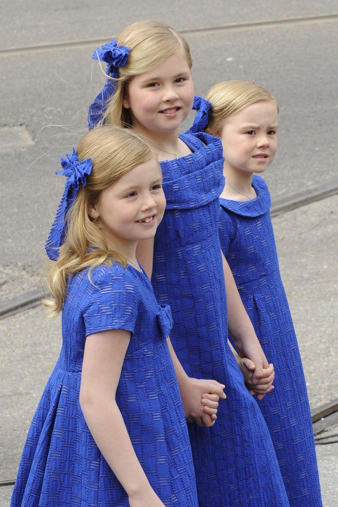 De prinsesjes Amalia (midden), Alexia (links) en Ariane (rechts) bij de inhuldiging van Willem-Alexander als koning in 2013.