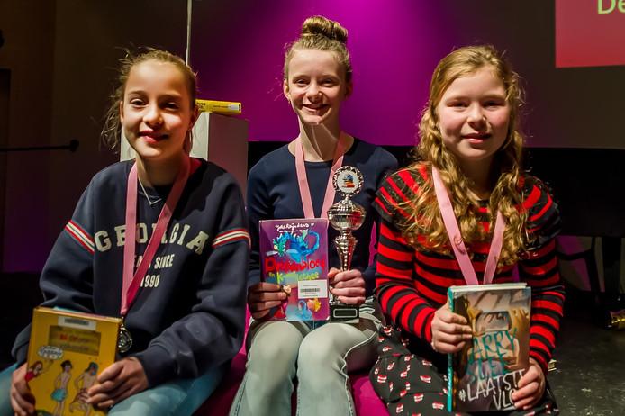 Winnares Elke Ruben (De Horizon - Prinsenbeek) wordt geflankeerd door Britt Gradussen (links, Sinte Maerte - Breda) die tweede werd en Fay Boemaars (De Hoogakker - Breda), die op de derde plaats eindigde.
