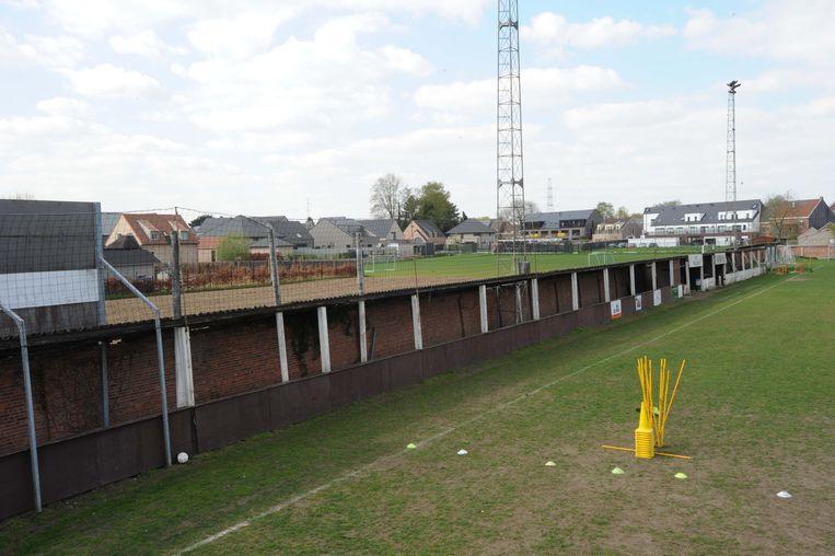 De tribune met de asbesthoudende golfplaten wordt in mei afgebroken.