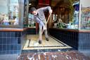 Bewoners en winkeliers moeten tijdens de Vierdaagseweek een emmer sop door het portiek gooien.