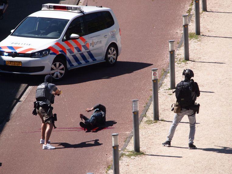 De politie arresteert Malek F., die wordt verdacht van het neersteken van drie mensen in Den Haag op Bevrijdingsdag. Beeld ANP